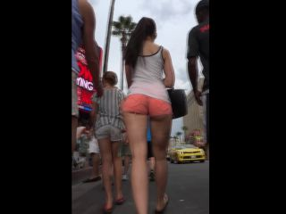 Tremendous young teen with a big round butt !
