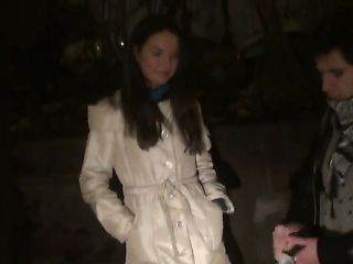 Pretty brunette walks out of a restaurant with her boyfriend to give him a nice blowjob.